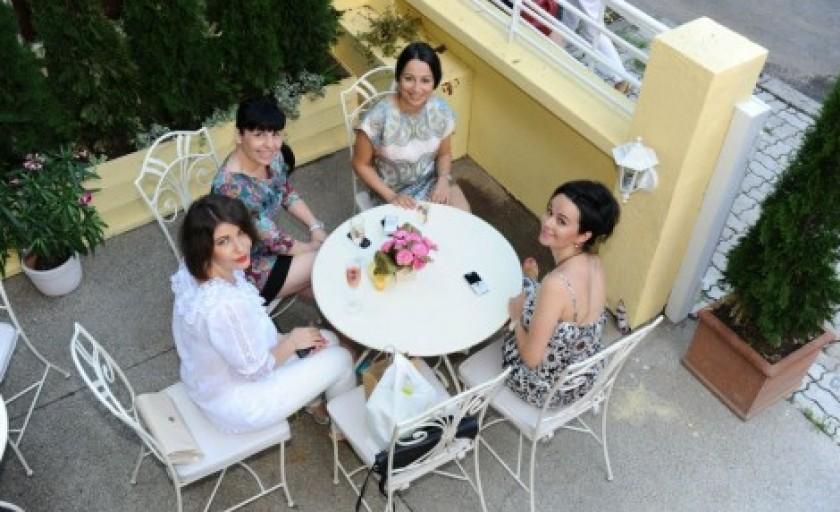 Cafea, arta si lectura cu substanta: La Belle Vie Café Bibliotheque