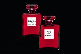 De Craciun, CHANEL N°5 imbraca mantia rosie pentru a celebra esenta renascuta a frumusetii